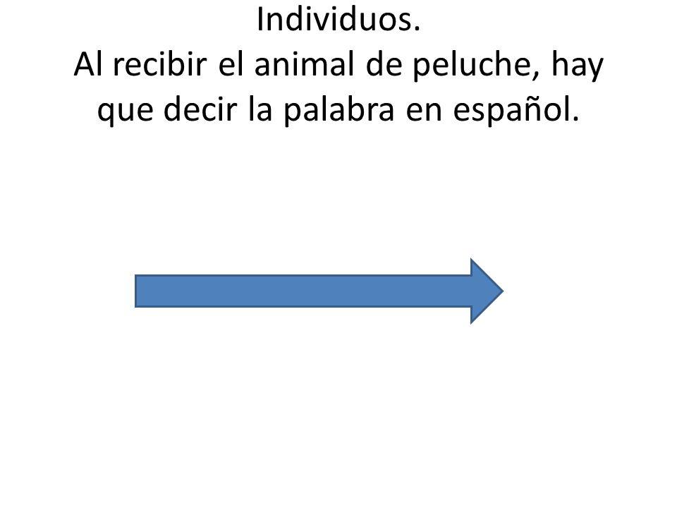 Individuos. Al recibir el animal de peluche, hay que decir la palabra en español.