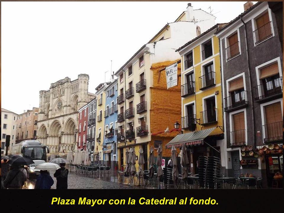 Ayuntamiento es un edificio proyectado en el siglo XVIII por Jaime Bort, que resolvió perfectamen- te el cerramiento de la Plaza Mayor sin impedir el acceso a la misma a través de una triple arcada.