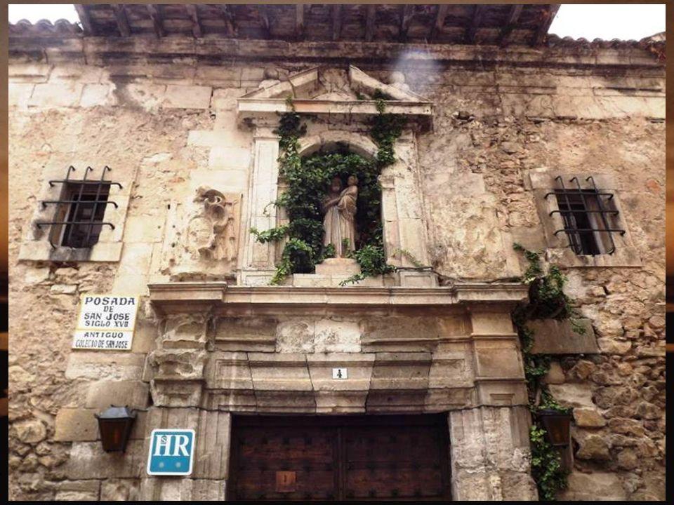 La Catedral de Cuenca comenzó a edificarse en 1182, gracias al celo del obispo San Julián y a la protección recibida por el rey Alfonso VIII, siendo finalizada en 1271, bajo el reinado de Alfonso X.