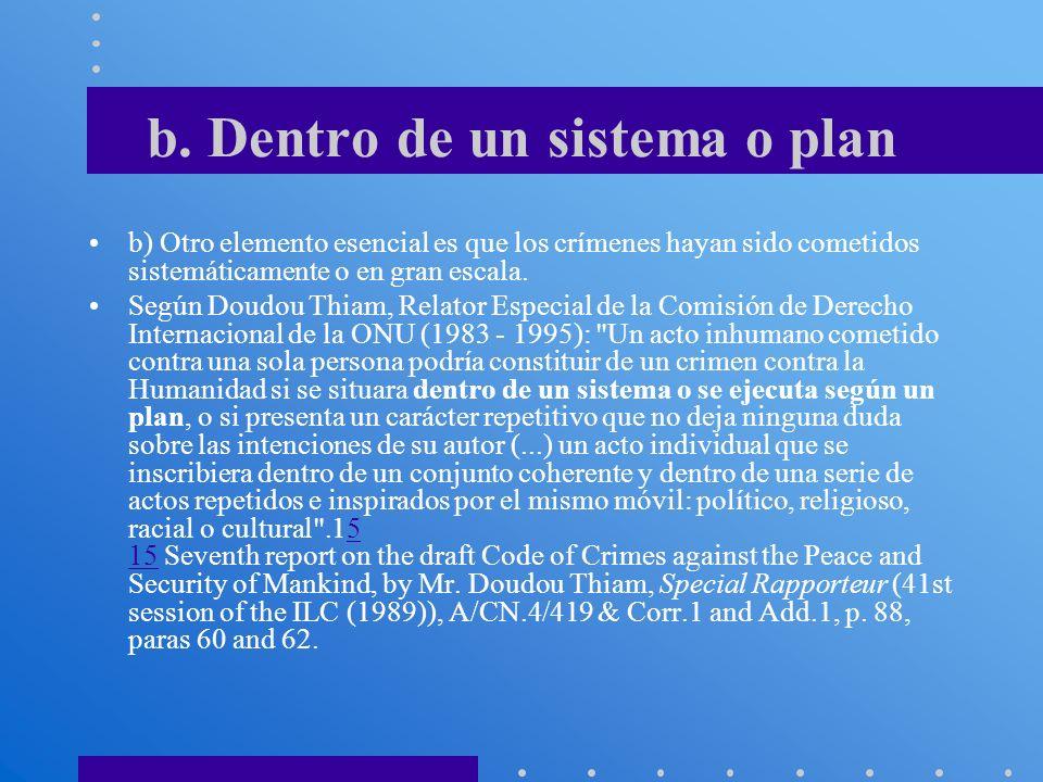b. Dentro de un sistema o plan b) Otro elemento esencial es que los crímenes hayan sido cometidos sistemáticamente o en gran escala. Según Doudou Thia