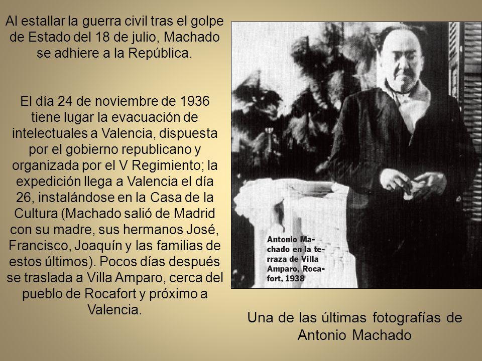 Homenaje a Antonio Machado en Soria, el 5 de Octubre de 1932, en la plazoleta frente a la ermita de San Saturio, con motivo de su nombramiento como hijo adoptivo de la ciudad, En la mesa, sentados, Antonio Machado y el alcalde de Soria
