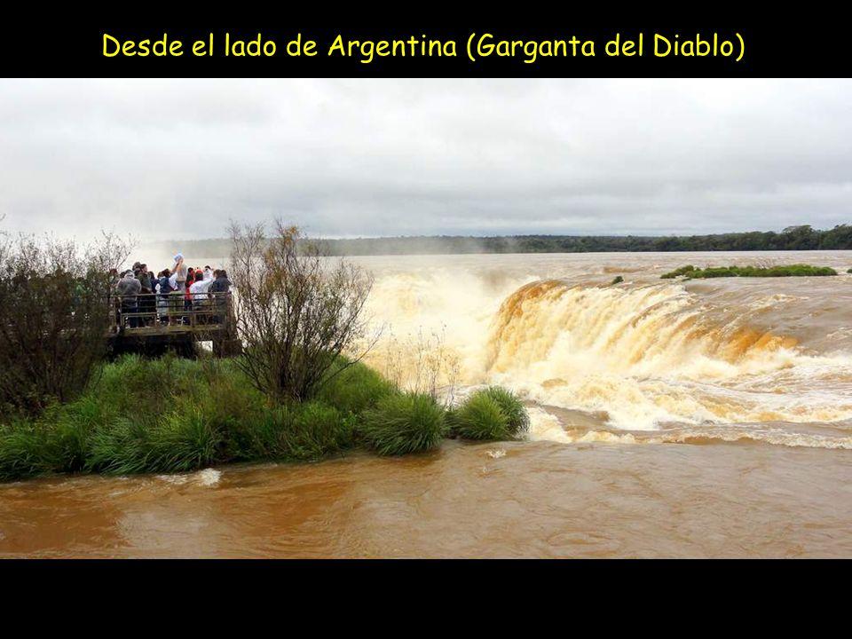Vista panorámica de la pasarela que lleva a la Gargante del Diablo (Lado de Argentina) IGUAZU Las cataratas Iguazu están situadas en el río con el mismo nombre, en la frontera del Estado brasileño de Paraná y de la provincia argentina de Misiones.