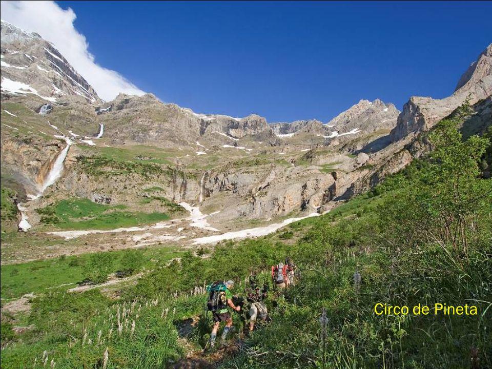 Situado en el Pirineo Oscense con 3.350 m. de altura. A sus pies el valle de Ordesa y el valle de Pineta.