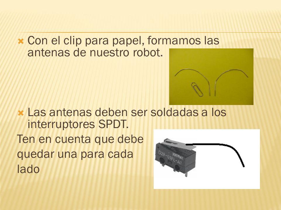 En la parte de abajo del soporte para las baterías, con la pistola de silicona pegar los dos interruptores en forma de V