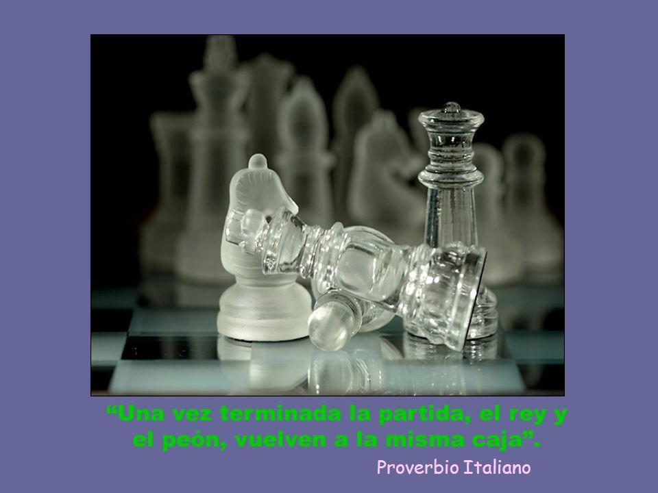 Una vez terminada la partida, el rey y el peón, vuelven a la misma caja. Proverbio Italiano