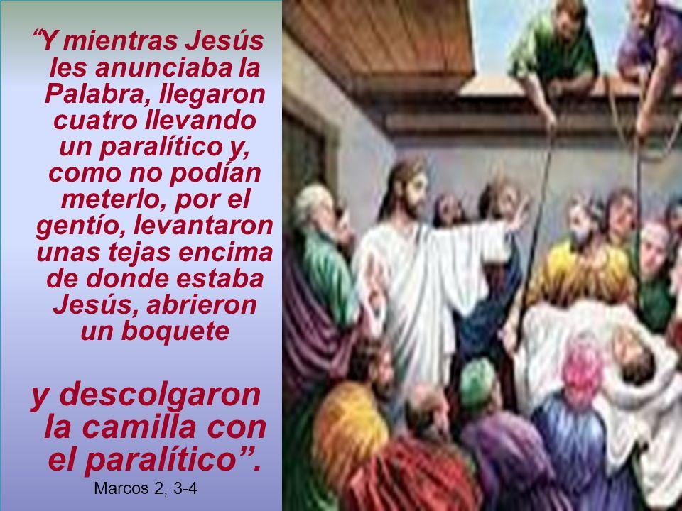 Y mientras Jesús les anunciaba la Palabra, llegaron cuatro llevando un paralítico y, como no podían meterlo, por el gentío, levantaron unas tejas enci