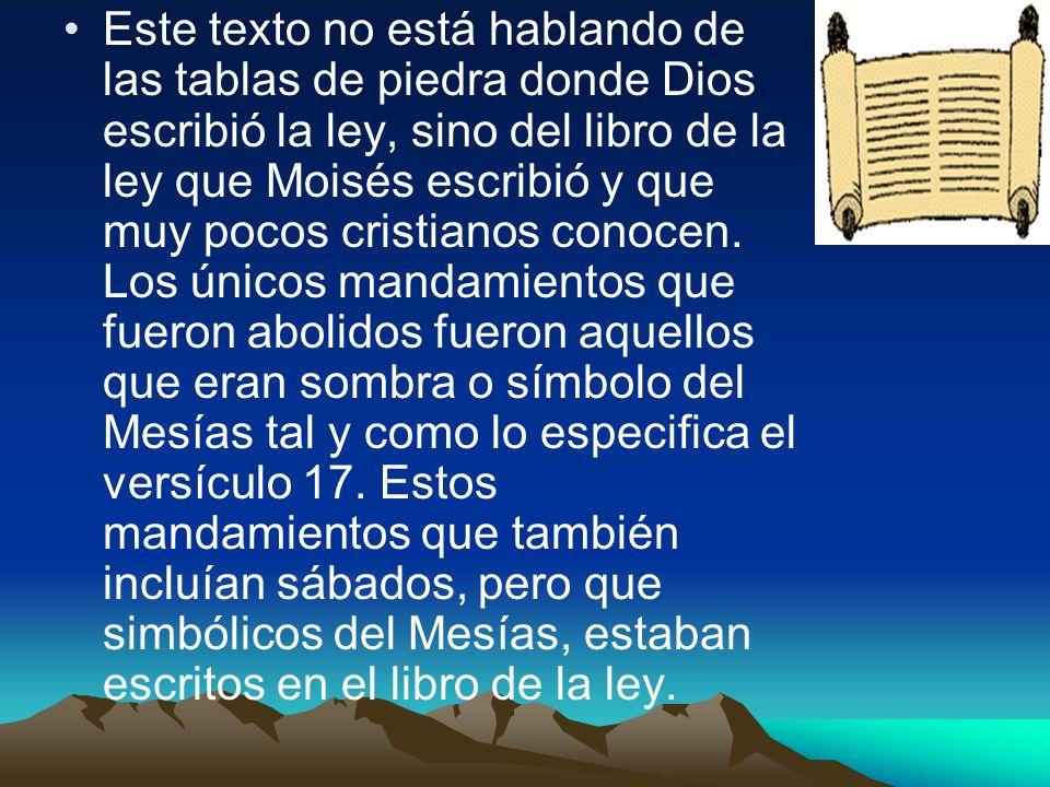 Este texto no está hablando de las tablas de piedra donde Dios escribió la ley, sino del libro de la ley que Moisés escribió y que muy pocos cristiano