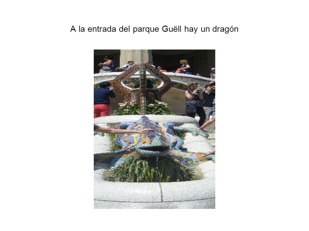 A la entrada del parque Guëll hay un dragón