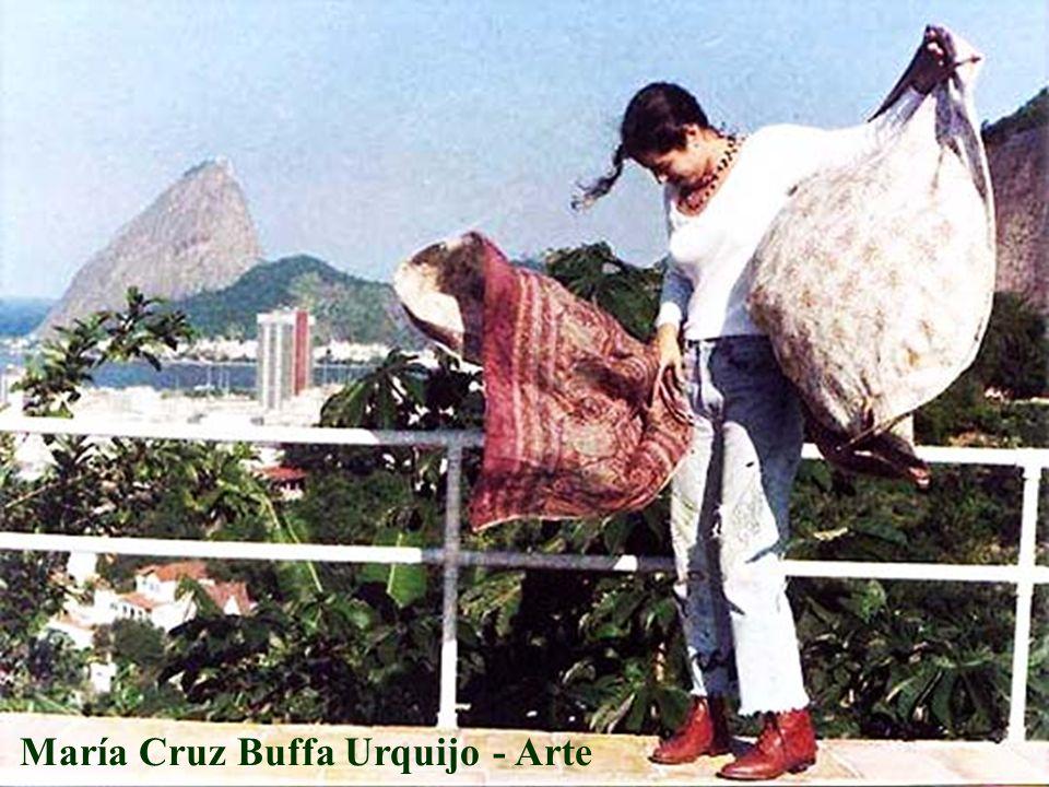 1969 – Nace en Buenos Aires – Argentina.Hija de la Artista Plástica Luz Urquijo.