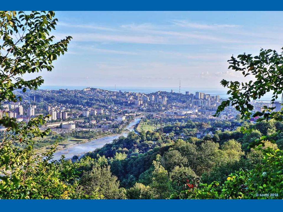 Soczi to największy letni (!) kurort w Rosji. Położony w Kraju Krasnodarskim niedaleko granicy z Gruzją (Abchazja). Od strony północno-zachodniej mias