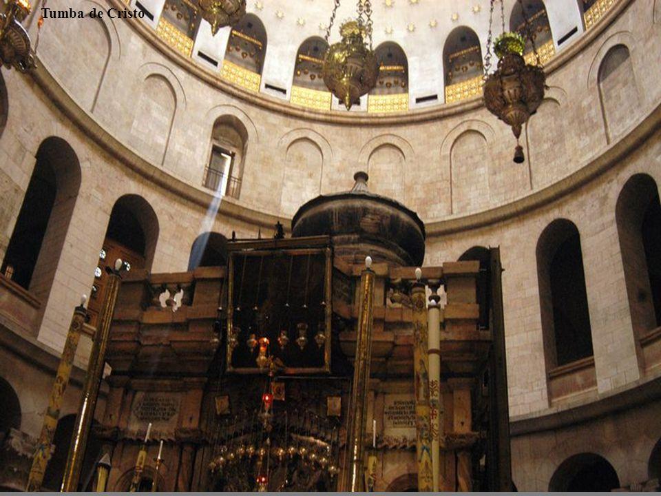 Según los evangelios, antes de la muerte de Jesús el sitio era una tumba ya habilitada como tal, pero no utilizada todavía, propiedad de un rico judío seguidor de Cristo llamado José de Arimatea.