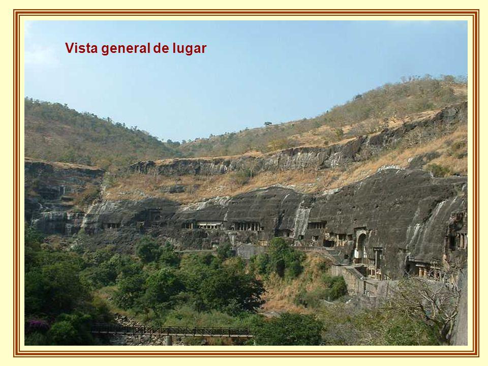 A poco más de dos horas de la antigua ciudad de Aurangabad se sitúan las famosas Cuevas de Ajanta, treinta y dos grutas que no son del todo naturales pero que fueron talladas en las colinas hace miles de años por trabajadores que apenas utilizaban cinceles y martillos.