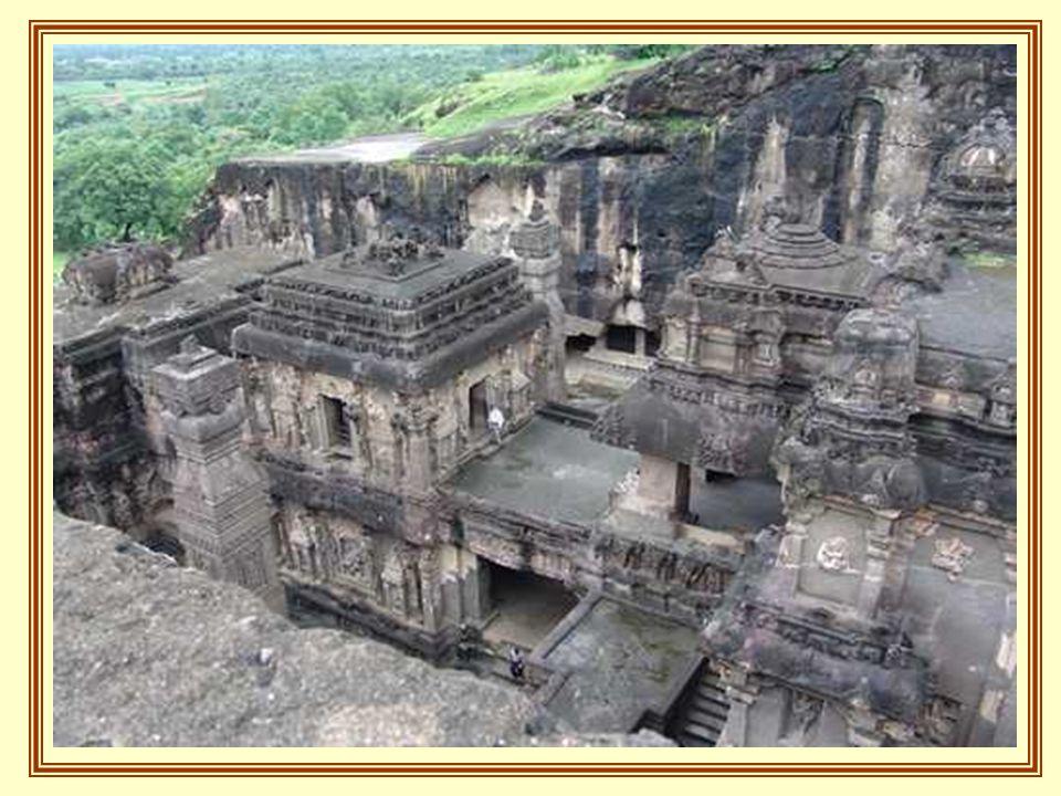 El resto de las cuevas son Chaityas o templos, muy similares a las catedrales cristianas, con techos abovedados y vigas de maderas que se cruzan en nervaduras, asi como pilares de piedras decorados, y en la nave central ( donde una iglesia cristiana tendría su altar) una gran estatua de Buda.