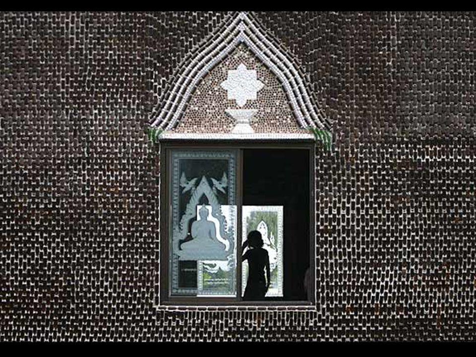Durante su construcción los monjes budistas decidieron reunir tal cantidad de botellas de vidrio como un ejemplo de reciclaje útil, y para ello movilizaron a los habitantes de la zona en una operación de limpieza que culminó en este singular y exquisito templo donde se refleja maravillosamente el sol de tailandés
