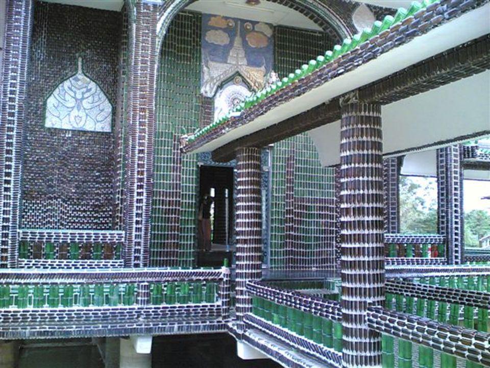 El templo Wat Pa Maha Chedi Kaew, en la provincia tailandesa de Sisaket, realmente nos sorprende con su diseño, ya que el mismo fue construido con botellas de vidrio.