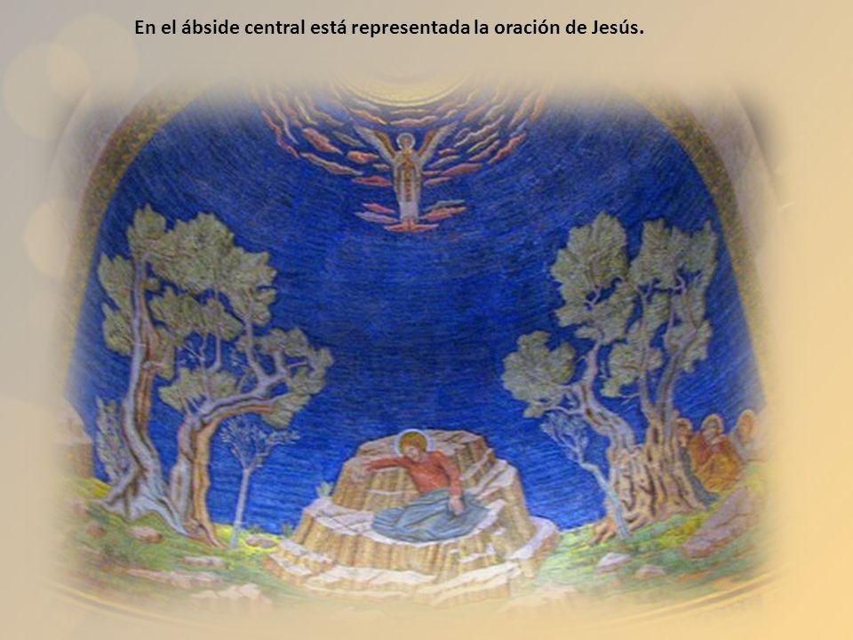 En el centro de la basílica de la Agonía se venera la roca donde se habría postrado el Señor en oración.