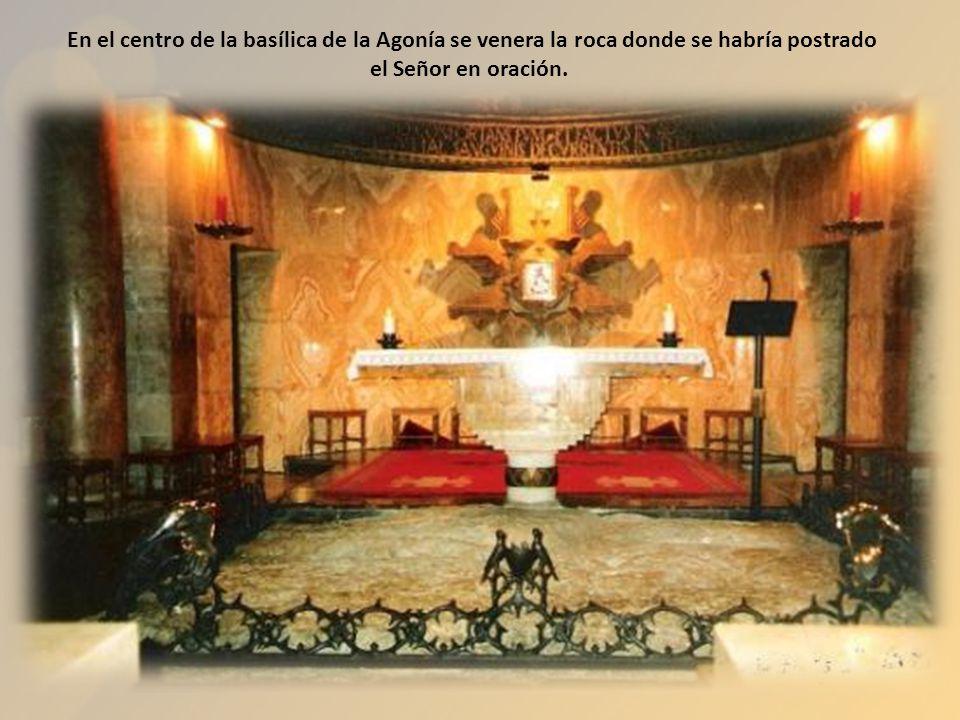 En su interior se encuentra la porción de roca en la que, según la tradición, Jesús oró la noche de su arresto, después de celebrar la Última Cena.