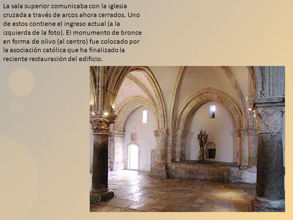 La sala superior comunicaba con la iglesia cruzada a través de arcos ahora cerrados. Uno de estos contiene el ingreso actual (a la izquierda de la fot