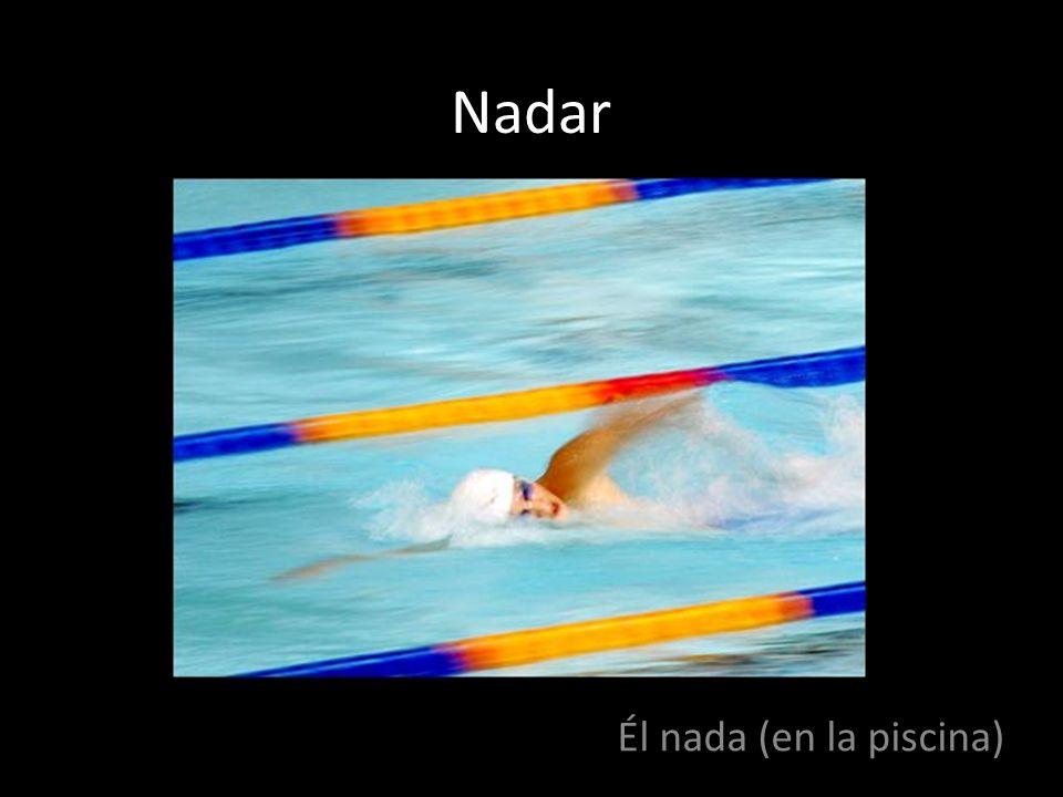Nadar Él nada (en la piscina)