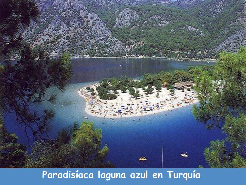 Paradisíaca laguna azul en Turquía