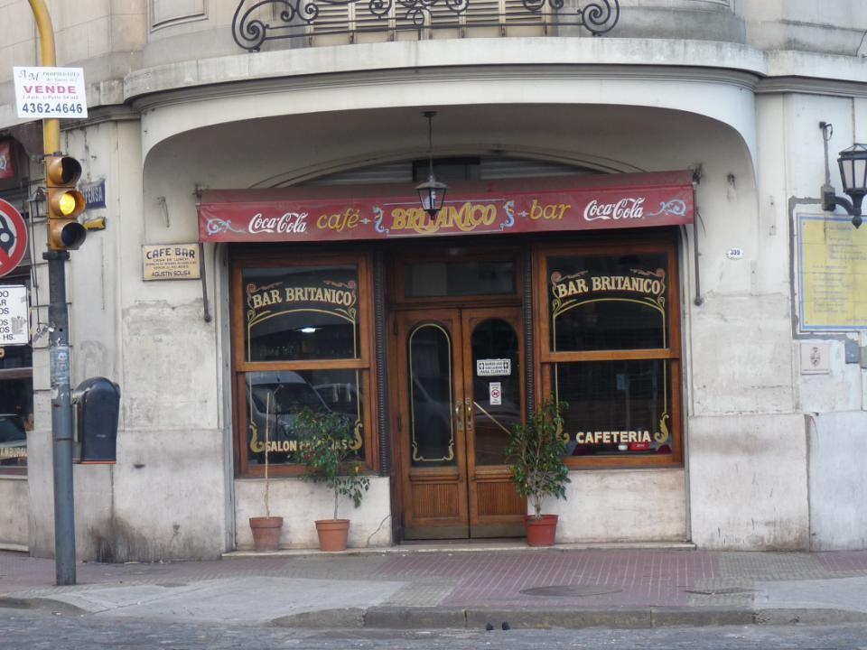 …y para nuestra tradicional costumbre del cafecito dos no menos tradicionales bares el la esquina de Brasil y Defensa