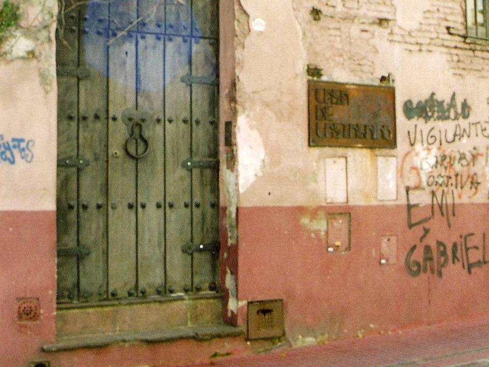 Esta casa, junto con su vecina de la esquina, datan de fines del siglo XVIII.