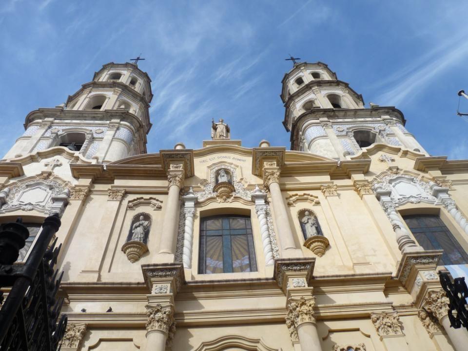 La fachada es de estilo ecléctico presentando elementos arquitectónicos del neo-colonial.