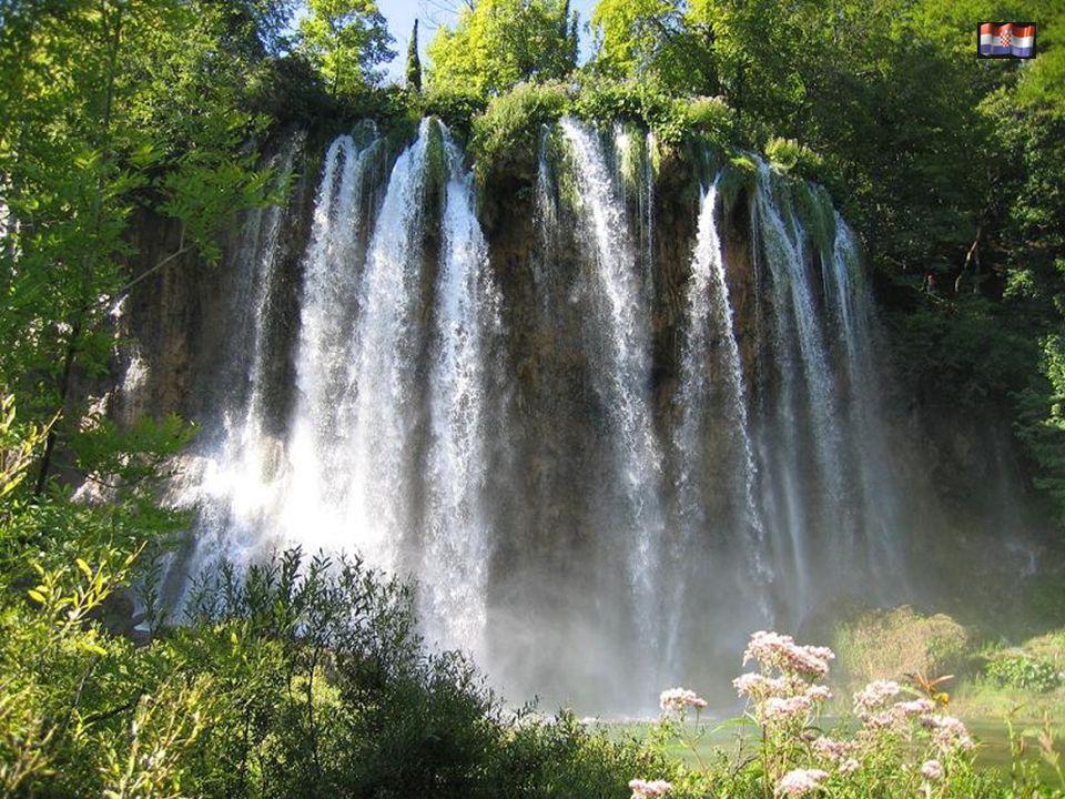 Patrimonio de la Humanidad 1979-2000. El Parque Nacional de Plitvice tiene 16 lagos y 92 cascadas y cataratas emplazadas en un sitio de impresionante