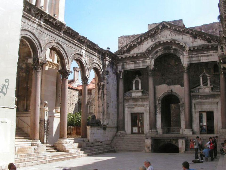 Patrimonio de la Humanidad 1997. Fue fundada por los romanos. Dentro de sus murallas se conservan edificios que son tesoros de gran contenido históric