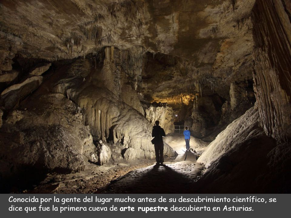 La situación de la cueva es espectacular, ya que se encuentra sobre el mar (Cabo de San Emeterio) y los paisajes que la rodean conforman un lugar únic