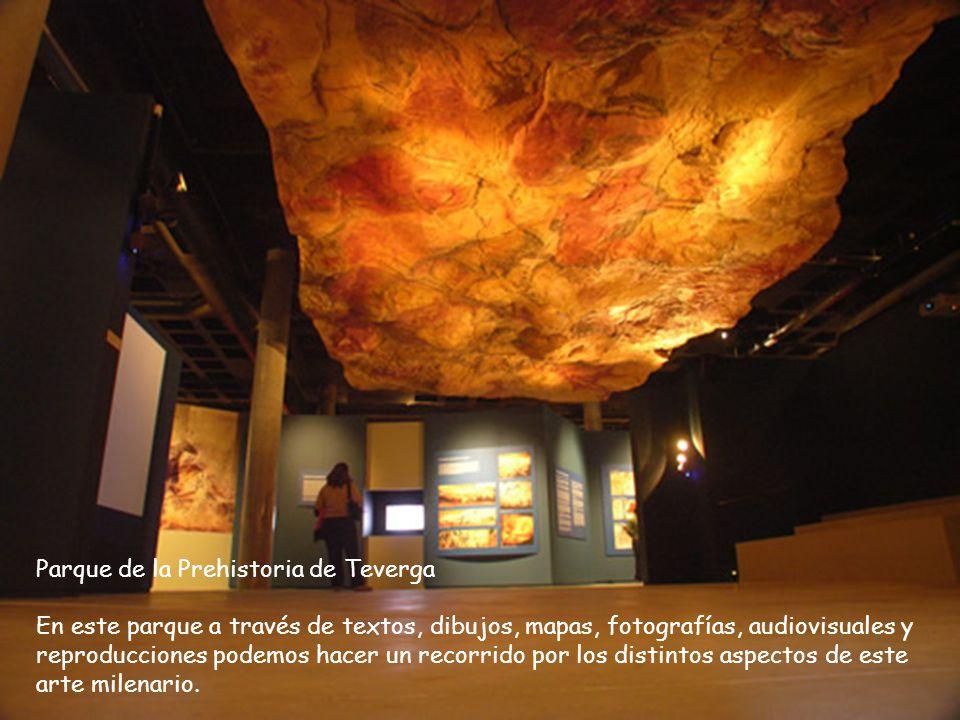 Pegada a la cueva de Tito Bustillo, no posee pinturas pero sí una buena acústica. Cada verano y durante unos pocos días la cueva se trasforma en un au