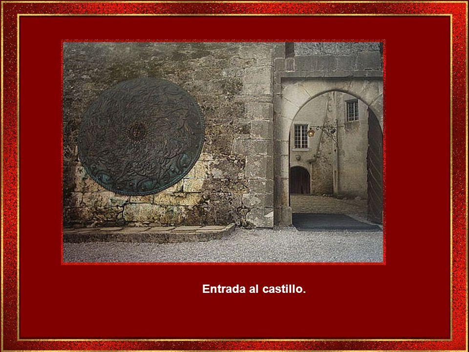 El Castillo de estilo medieval, fue construido en el siglo XIII, está situado sobre una colina, en uno de los extremos del pueblo