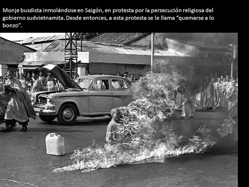 Monje busdista inmolándose en Saigón, en protesta por la persecución religiosa del gobierno sudvietnamita.