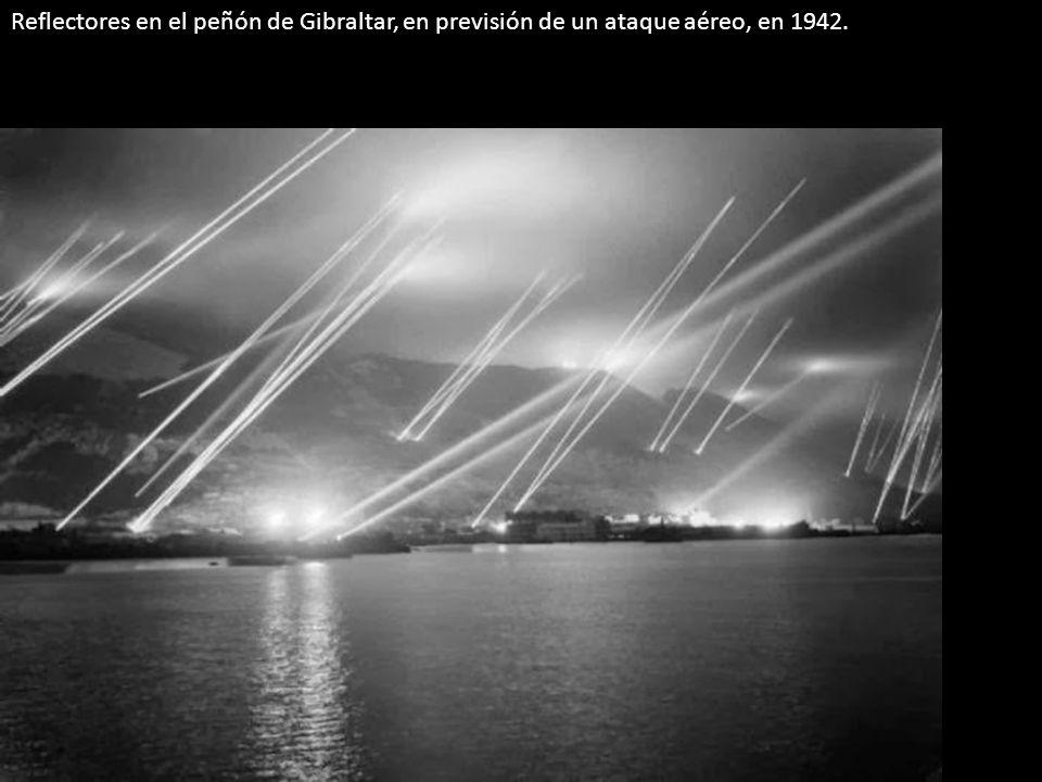 Reflectores en el peñón de Gibraltar, en previsión de un ataque aéreo, en 1942.