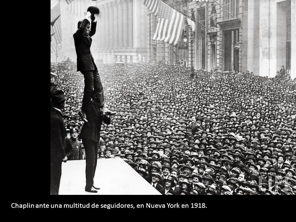 Chaplin ante una multitud de seguidores, en Nueva York en 1918.