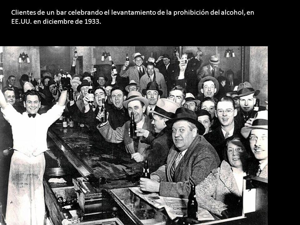 Clientes de un bar celebrando el levantamiento de la prohibición del alcohol, en EE.UU.