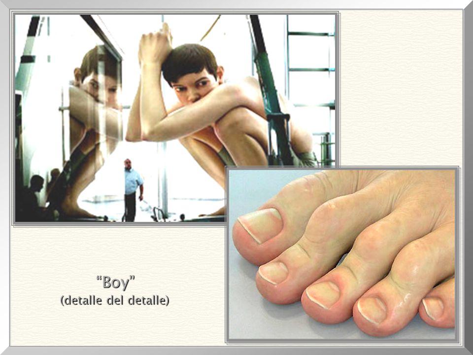 De los mas impresionantes detalles, Se notan las uñas (perfectas), manchas, venas, piel y arrugas. Boy, 1999 Medidas de la escultura: 4,90m x 4,90m x