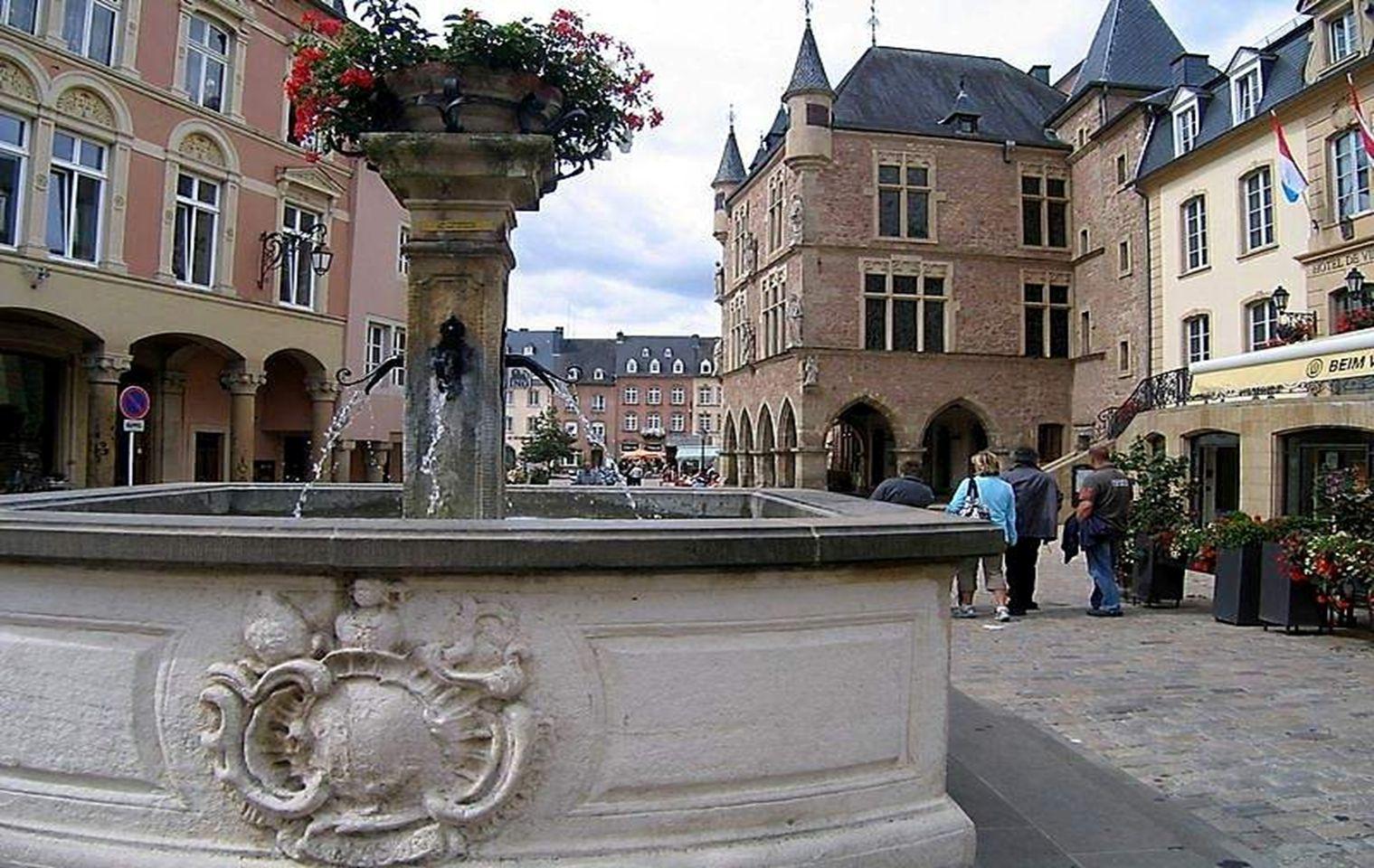 Pero además de su hermosa capital, Luxemburgo tiene otros maravillosos destinos turísticos, como lo es la ciudad de Echternach, en la que se puede disfrutar, de un destacado Patrimonio histórico y artístico, rodeado de bosques.
