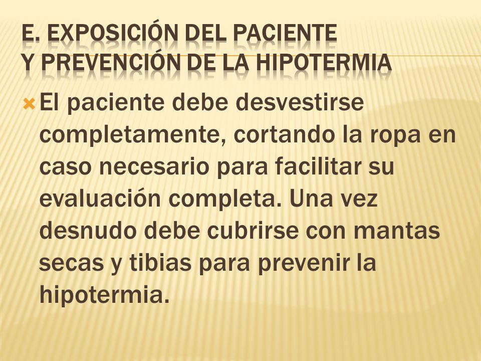 El paciente debe desvestirse completamente, cortando la ropa en caso necesario para facilitar su evaluación completa.