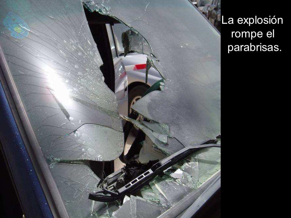 La explosión rompe el parabrisas.