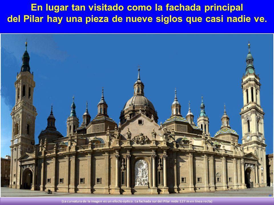 En lugar tan visitado como la fachada principal del Pilar hay una pieza de nueve siglos que casi nadie ve. (La curvatura de la imagen es un efecto ópt
