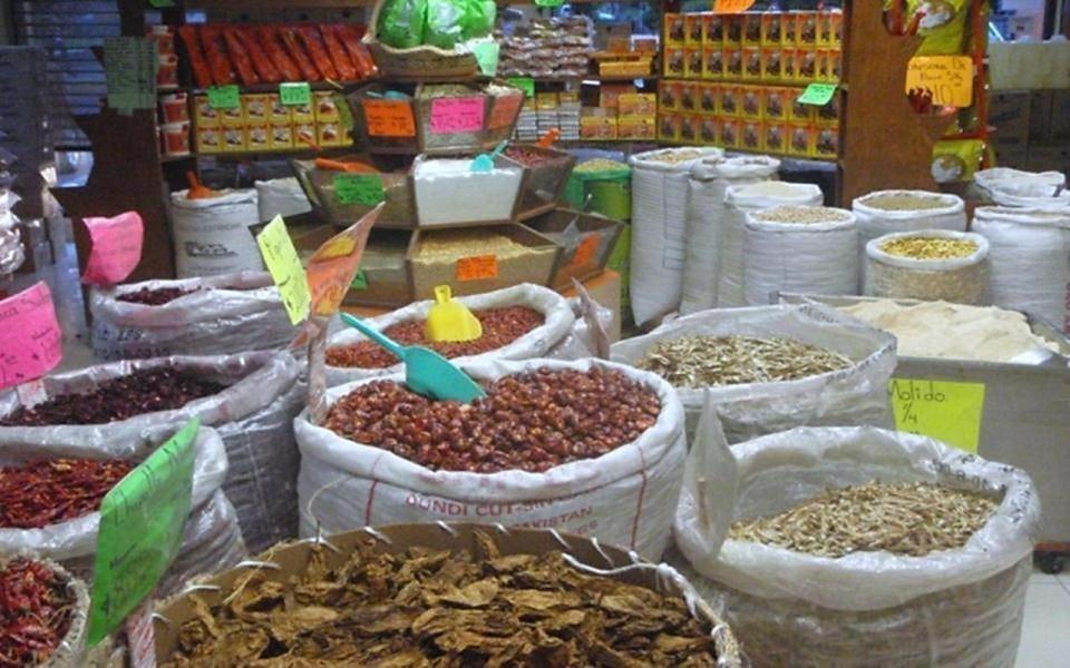 A la derecha los clásicos chiles para mole; arriba productos como la pepita para el mole verde; arriba a la derecha, frente a Moles Don Pancho está el