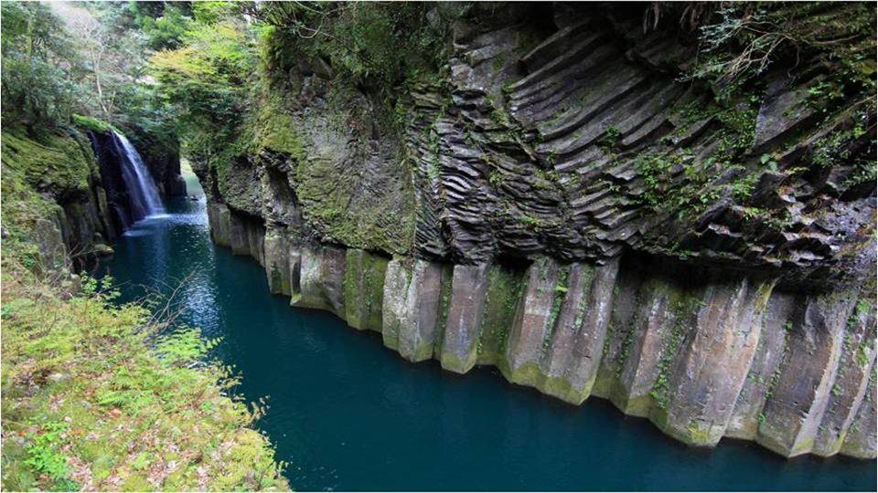 Takachiho Cerca de Takachiho, prefectura de Miyazaki, Japón se encuentra la Garganta de Takachiho, un paraje natural que combina cuatro elementos de la naturaleza para completar un paraje idílico: un río de aguas cristalinas en turquesa, acantilados de prismas basálticos, una cascada que cae desde un acantilado y la exuberancia de la vegetación.