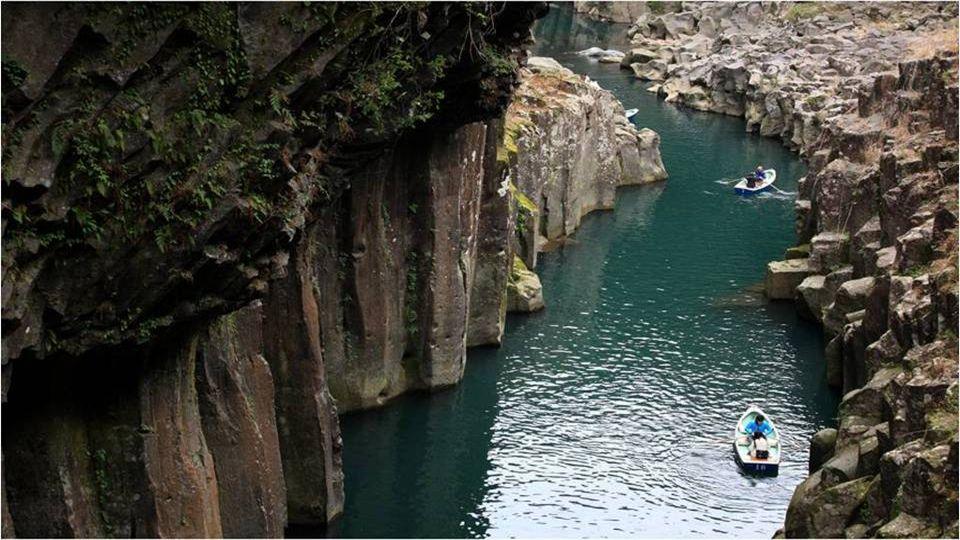 Pasear por la garganta de Takachiho en bote es poco menos que un recorrido idílico.