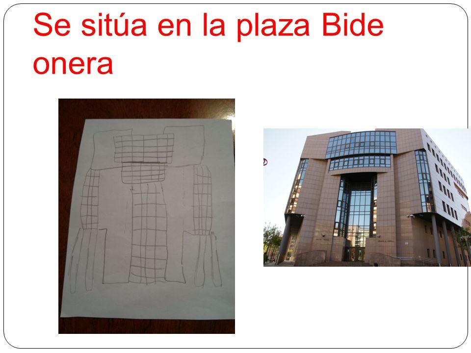 Se sitúa en la plaza Bide onera