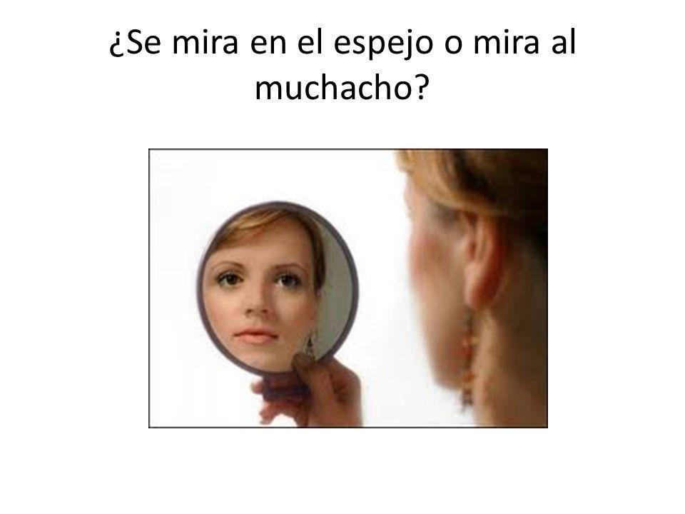 ¿Se mira en el espejo o mira al muchacho?