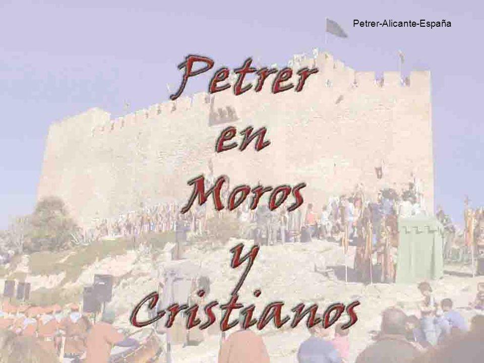 MOROS y CRISTIANOS ALICANTE ESPAÑA En un pueblo de Alicante, Alcoy, todos los años parte de la población se disfraza de moros y la otra de cristianos