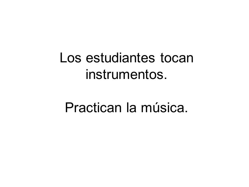 Los estudiantes tocan instrumentos. Practican la música.