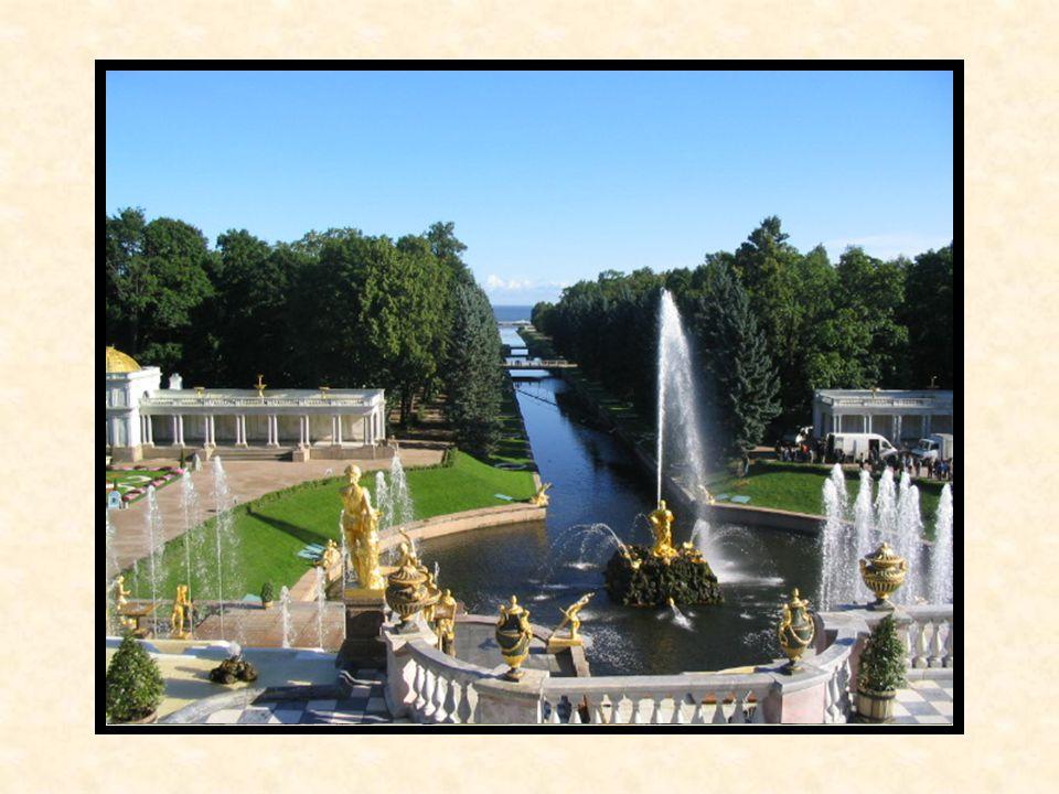 El Palacio de Peterhof Es un conjunto del palacio y del parque que se encuentra en la orilla meridional del Golfo de Finlandia, a unos 29 km de San Pe
