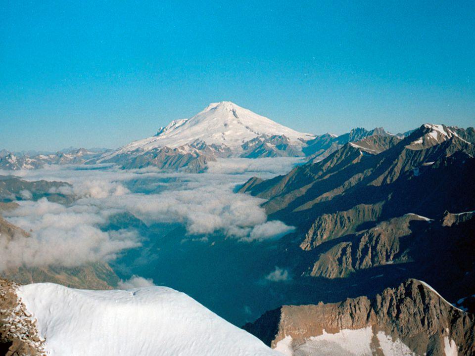 Monte Elbrus Es una montaña situada en la parte occidental de la cordillera caucásica, en Rusia, cerca de la frontera de Georgia. Es la montaña más al